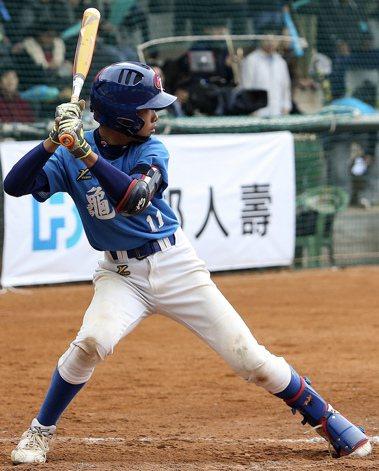 圖為桃園市龜山國小棒球隊11號李勛傑,在為期5天的富邦盃少棒邀請賽中共擊出7支全...