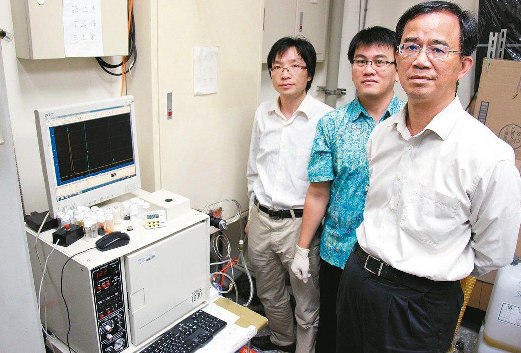 台科大教授郭東昊(右起)與印尼籍博士後研究員Hairus Abdullah、中國...