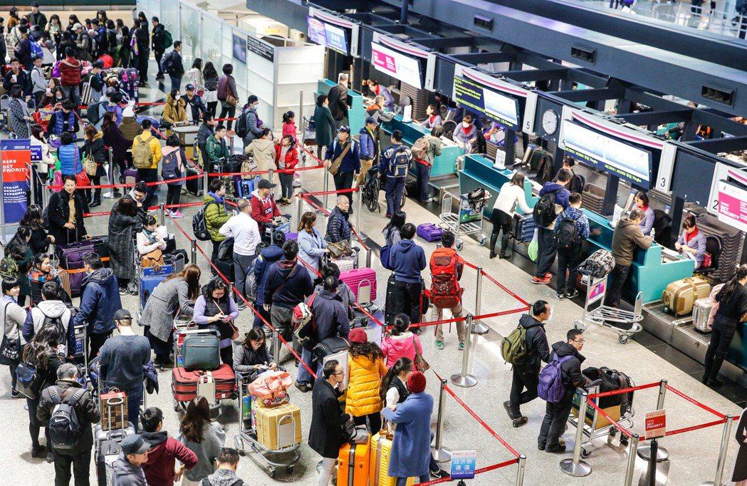 根據桃園機場公司的統計,桃園機場今天的入境、出境與轉機過境總人數超過十三萬人次,...