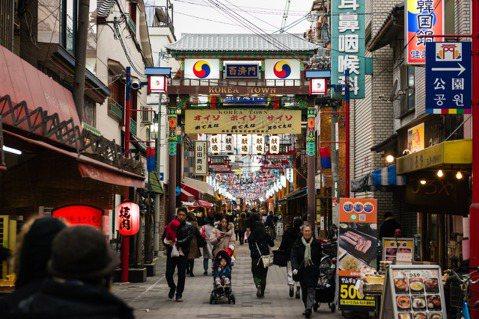 大阪的「鶴橋」。乍看之下,這裡與一般日本街景大同小異,不過繼續走下去,眼前突然出...