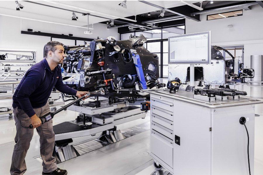 所有組裝流程按照原廠規範,該上扭力的重要部件皆以電子式扭力扳手進行確認。 摘自 Bugatti