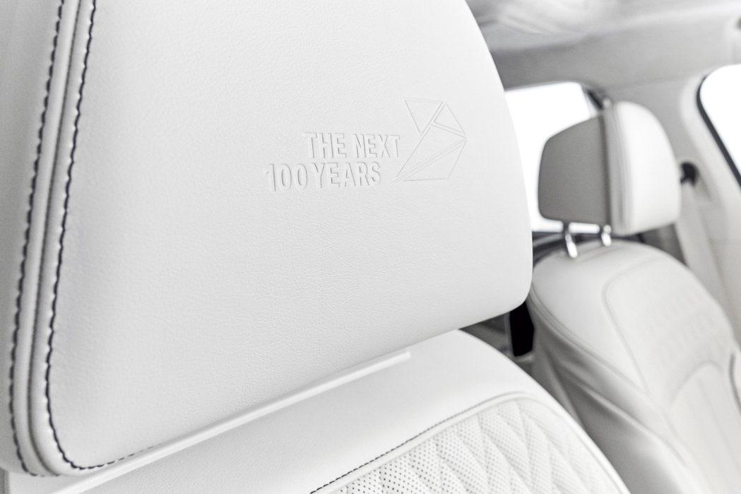 位於座椅頭枕的THE NEXT 100 YEARS字樣及弓箭形企業識別。 圖/B...