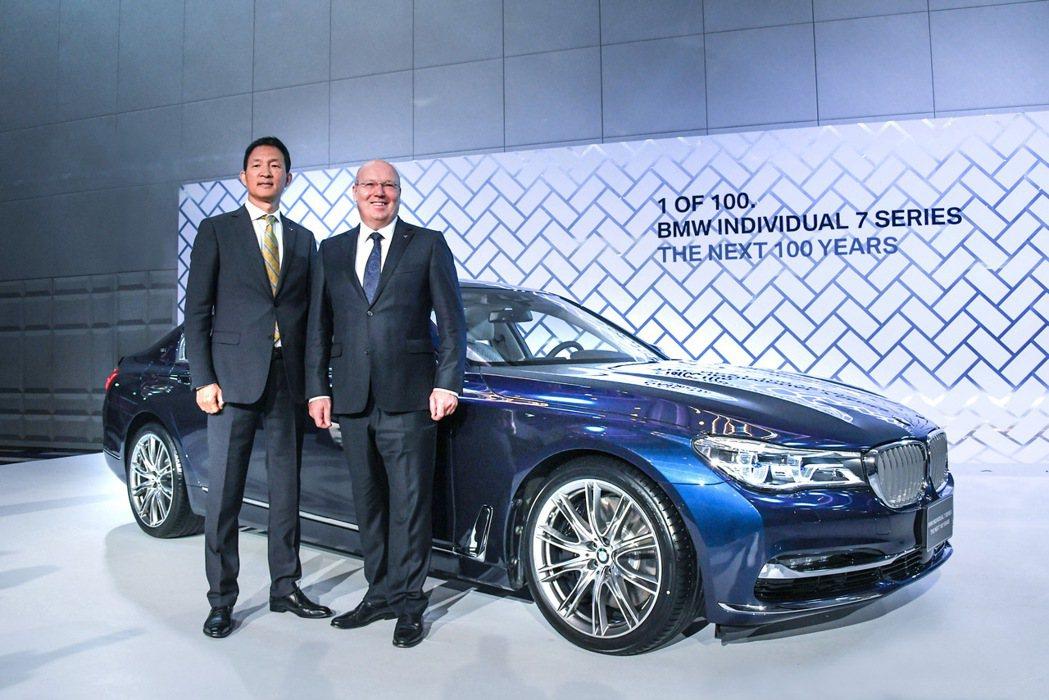BMW總代理汎德公司執行董事杜黃旭(左)與BMW集團台灣香港及澳門進口業務副總裁...
