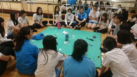 河床劇團與中山女高學生合作的《停格》,陳佾均將顧問工作的重點擺在與學生互動、發掘...