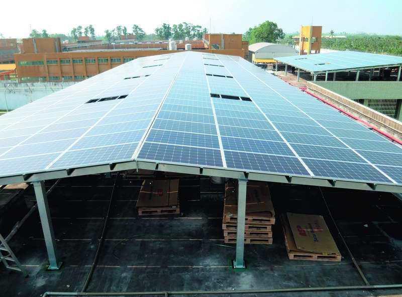 全國各地監所利用閒置的大面積屋頂,設置太陽光電發電設備。 ◎矯正署提供