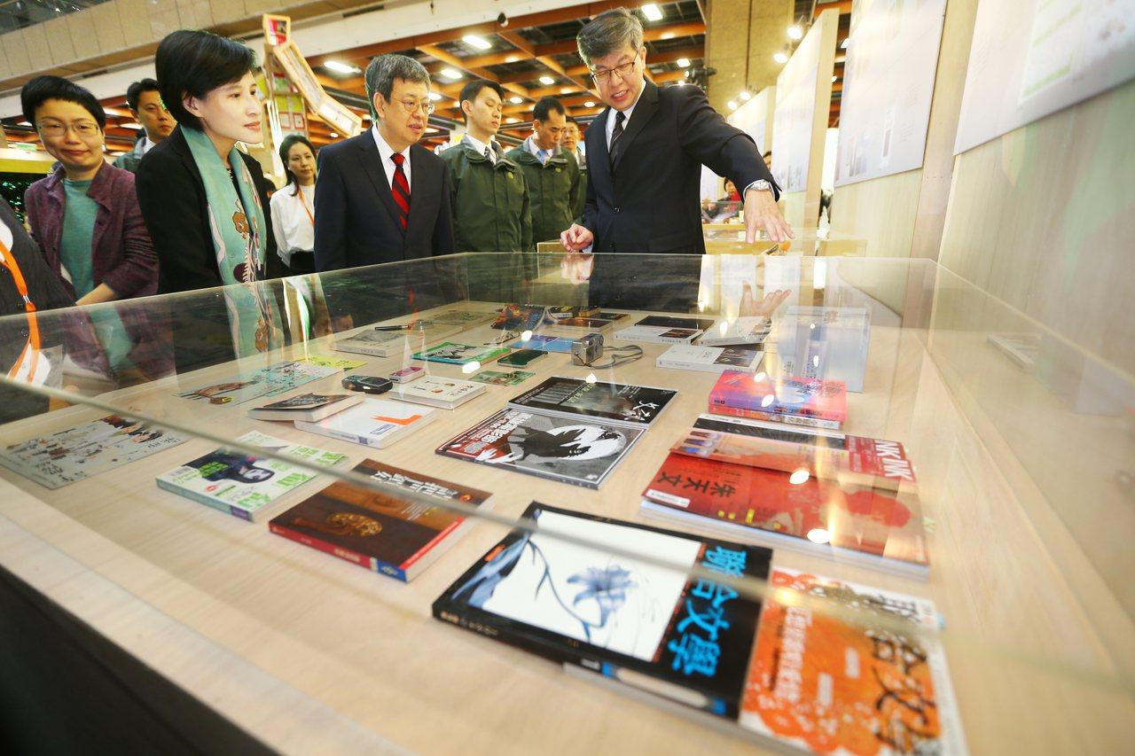 「2017台北國際書展」上午在台北世貿展覽館開幕,陳建仁副總統(中)出席致詞並頒...