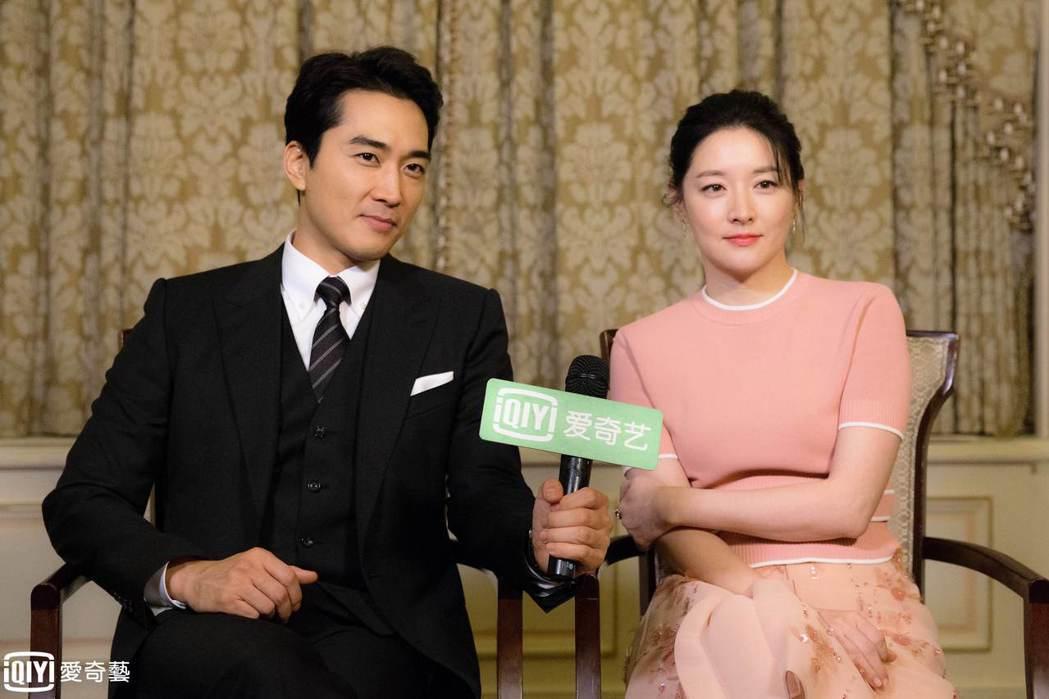 李英愛(右)和宋承憲接受台灣媒體聯訪。圖/台灣愛奇藝提供