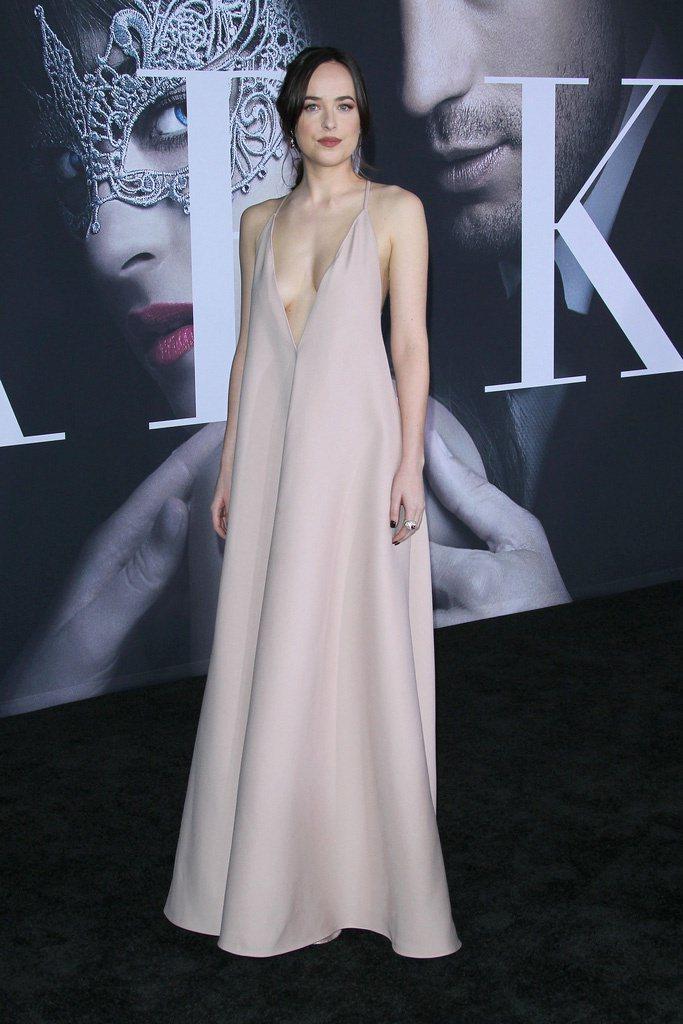 在洛杉磯首映紅毯上達珂塔強森則端出「事業線」讓眾人一飽眼福。圖/摘自微博