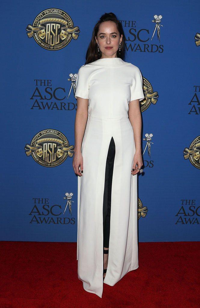 身穿Rosetta Getty 2017早秋系列前開衩露背白色洋裝的達珂塔強森,...