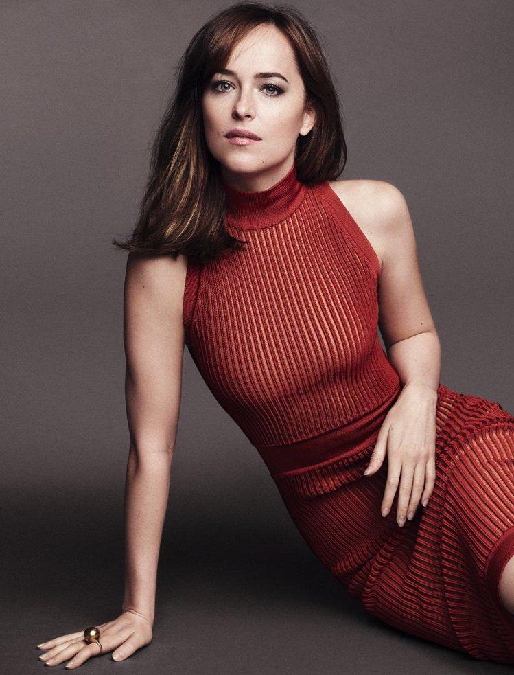 達珂塔強森登上英國版「Glamour」雜誌3月號的穿著,性感卻不低俗。圖/摘自微...