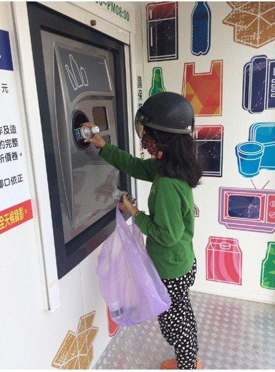 國內首座大型智慧資源回收站,不到1個月就換出6萬多元折價券。圖/台南市環保局提供