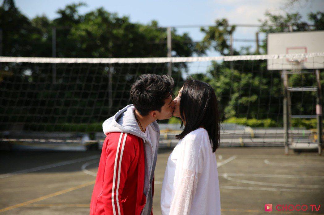 賴東賢(左)與林映唯拍攝浪漫吻戲。圖/CHOCO TV提供