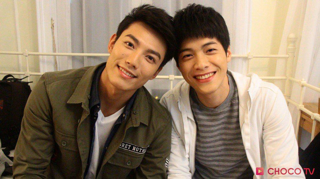 賴東賢(左)與蔣昀霖上演BL戲碼。圖/CHOCO TV提供