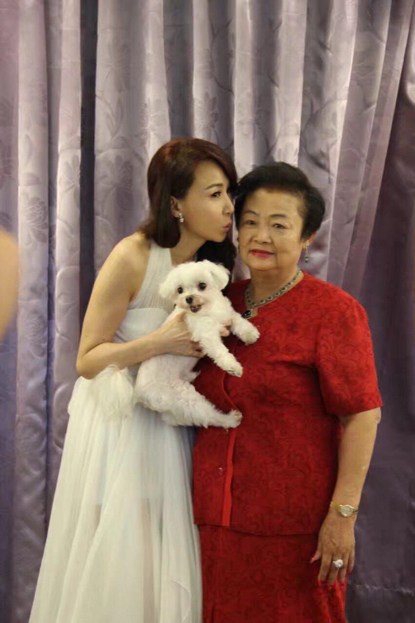 蕭薔的愛犬過世,她貼上和母親一起的合照   圖/摘自網路