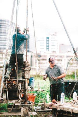 工地現場有如被遺棄的世界邊緣,社會最底層的勞動者在此掙扎求生。 攝影/賴小路(賴...
