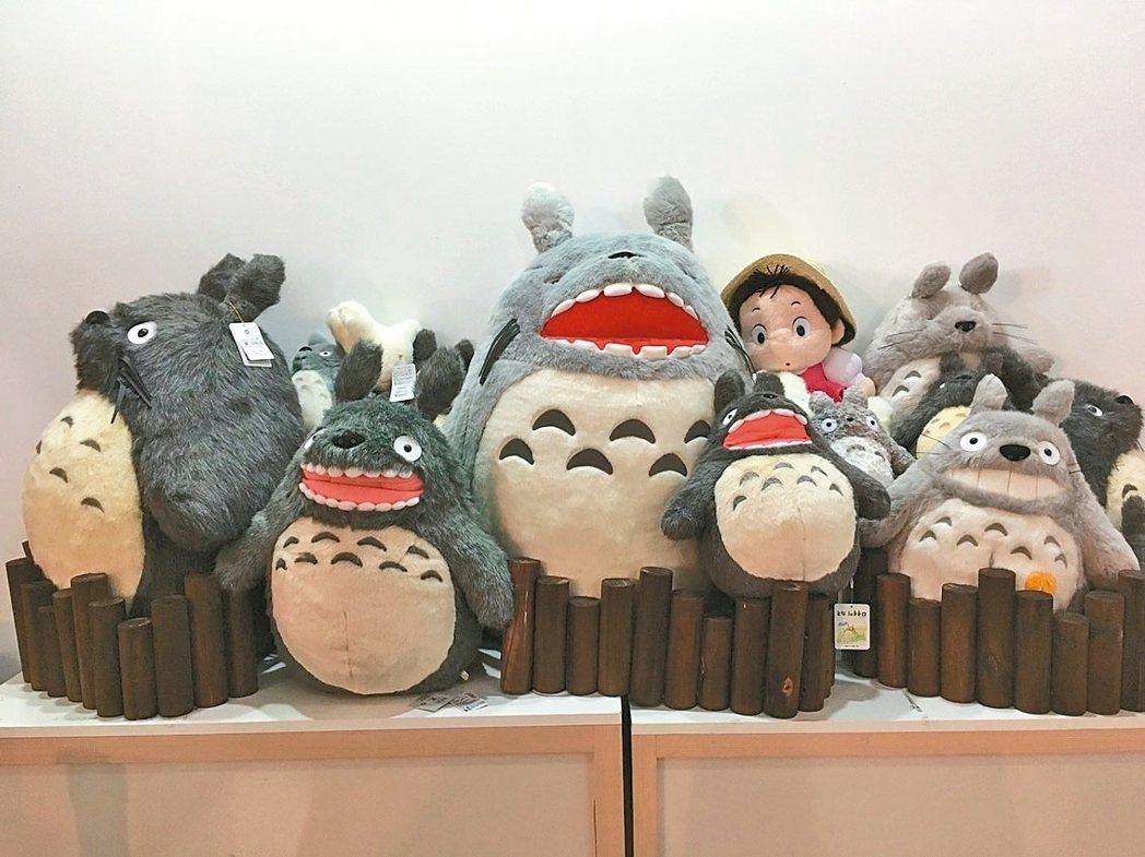 「吉卜力的動畫世界」特展移展台中,絨毛娃娃是紀念品店的暢銷商品之一。 圖/聯合報...