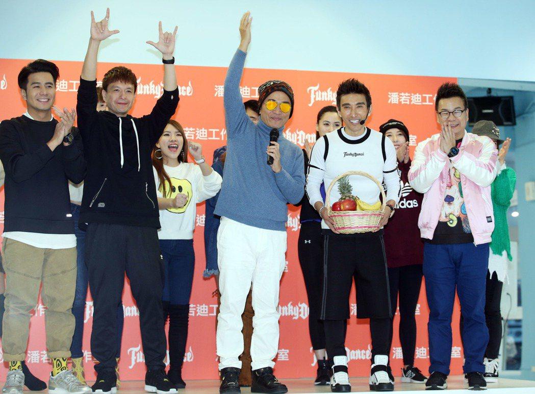 潘若迪(右二)有氧教室開幕,吳宗憲(右三)與多位藝人站台。記者陳瑞源/攝影