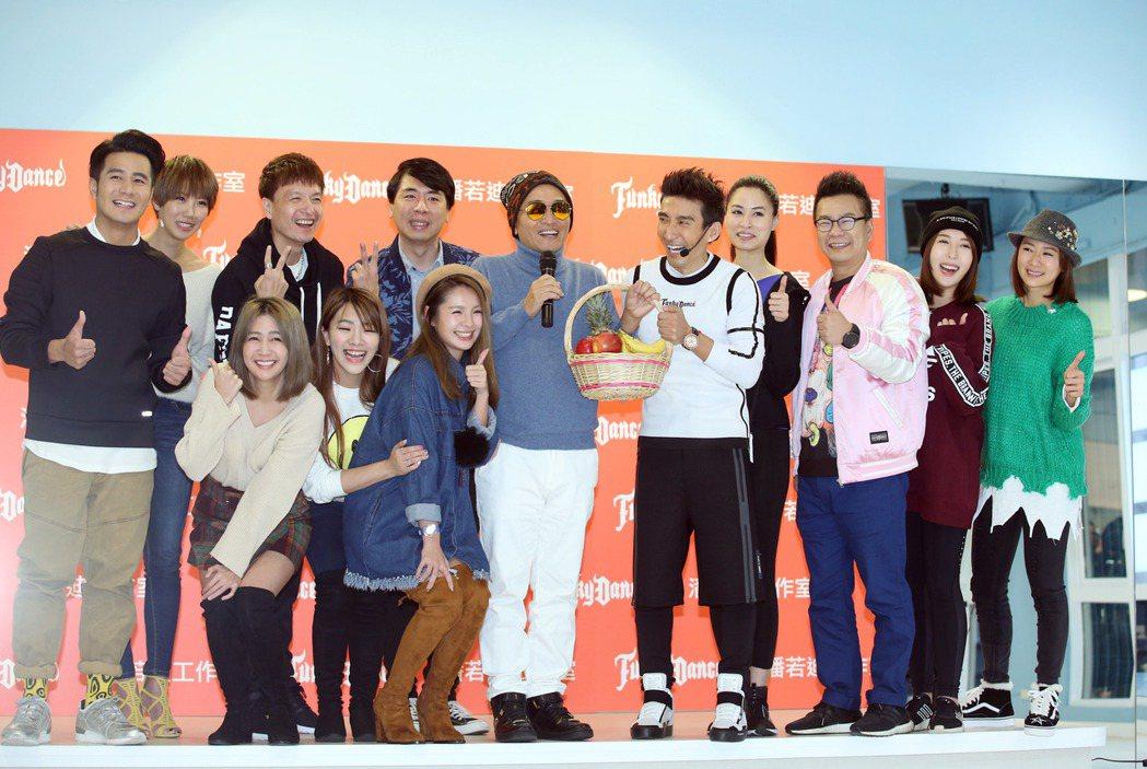潘若迪(右五)有氧教室開幕,吳宗憲(右六)與多位藝人站台。記者陳瑞源/攝影