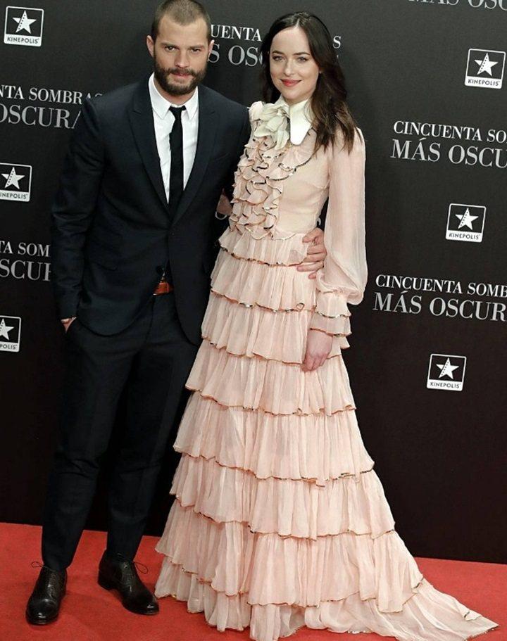 達珂塔強森穿著Gucci粉紅色長袖蛋糕裙禮服,與傑米多南現身「格雷的五十道陰影2...