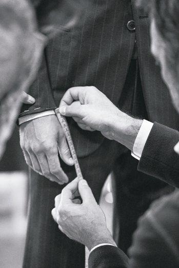 亞曼尼每年3月和9月會在店上提供訂製西服的服務。 圖/業者提供