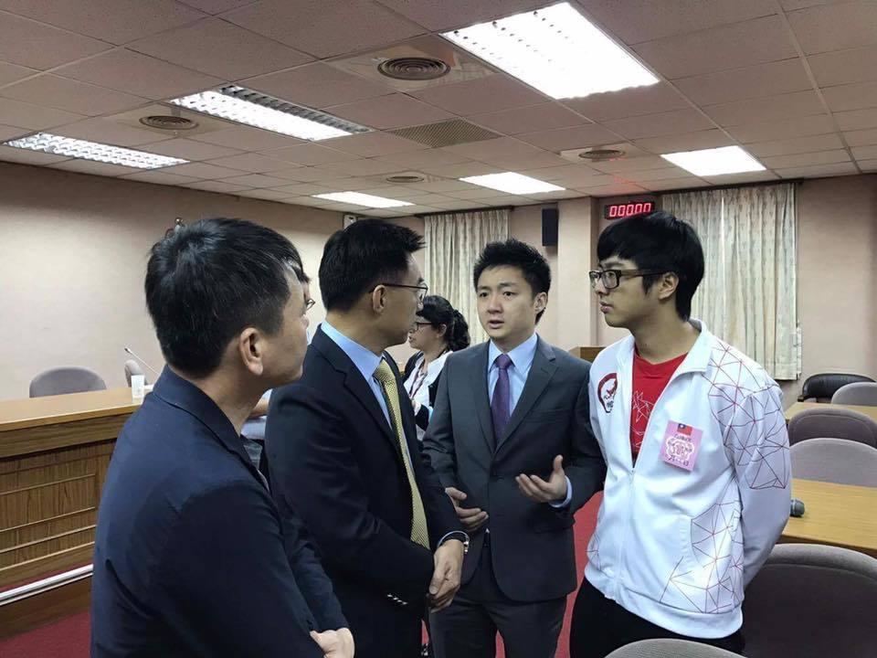 鍾培生帶著Dinter一起在立法院跟政府官員討論電競。