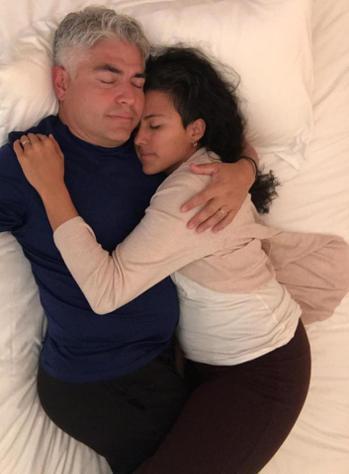 珍妮特(右)和男友卡洛斯(左)合拍相擁照,以支持她專職成為「專業擁抱者」。圖擷自...
