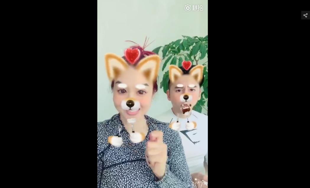今年47歲的性感女星鍾麗緹昨晚在微博曬出一段自拍影片,她與老公張倫碩並肩而坐,並
