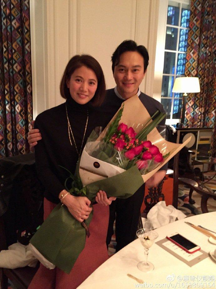 娛樂圈有名的模範夫妻張智霖與袁詠儀昨天慶祝結婚16週年。袁詠儀在微博貼文,附上兩