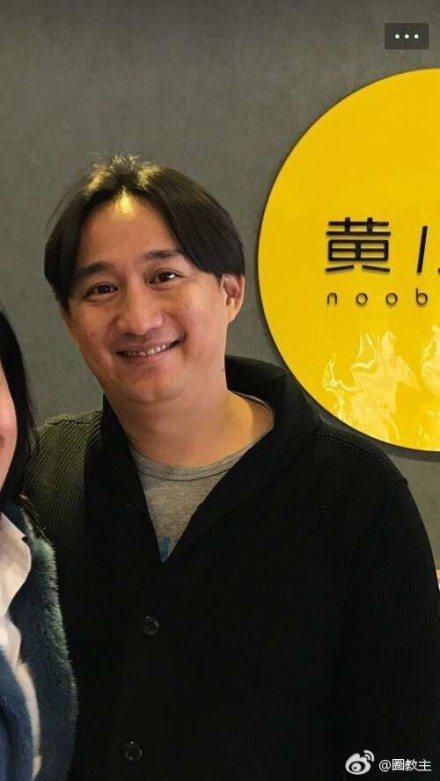 春節假期結束後,有人貼出與黃磊的最新合照,照片上的黃磊明顯發福。圖/取自微博
