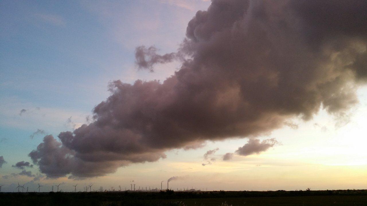 隔著濁水溪與六輕遙望的彰化縣大城鄉,天空有大片黑雲。圖/村民許立儀提供