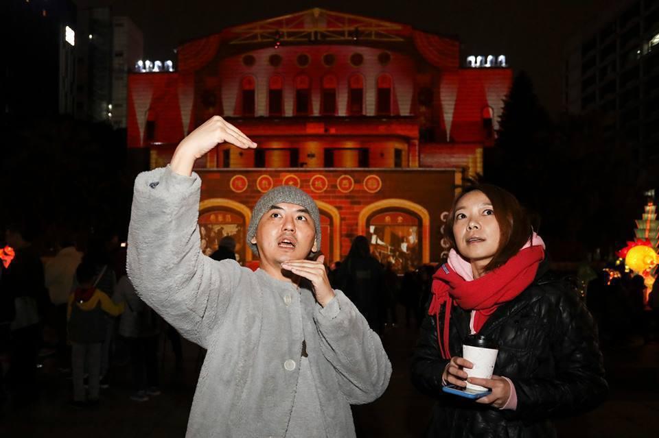 黃子佼(左)與台北燈節光雕藝術家陳怡潔。圖/台北市政府觀傳局提供