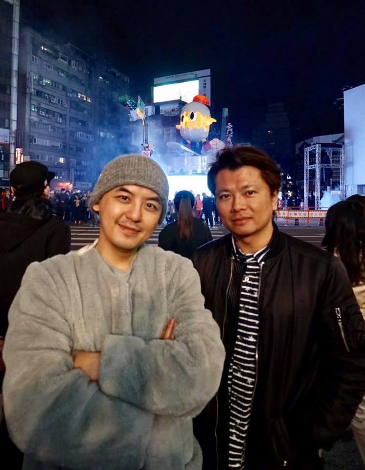 黃子佼(左)與台北燈節主展演區視覺製作人合影。圖/台北市政府觀傳局提供
