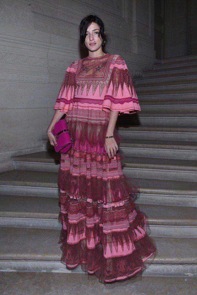 義大利時尚部落客Eleonora Carisi穿Valentino桃粉色的透膚紗...