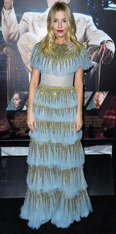 席安娜米勒日前出席電影活動時,也選擇Gucci 2017 春夏天空藍絲質亮片刺繡...