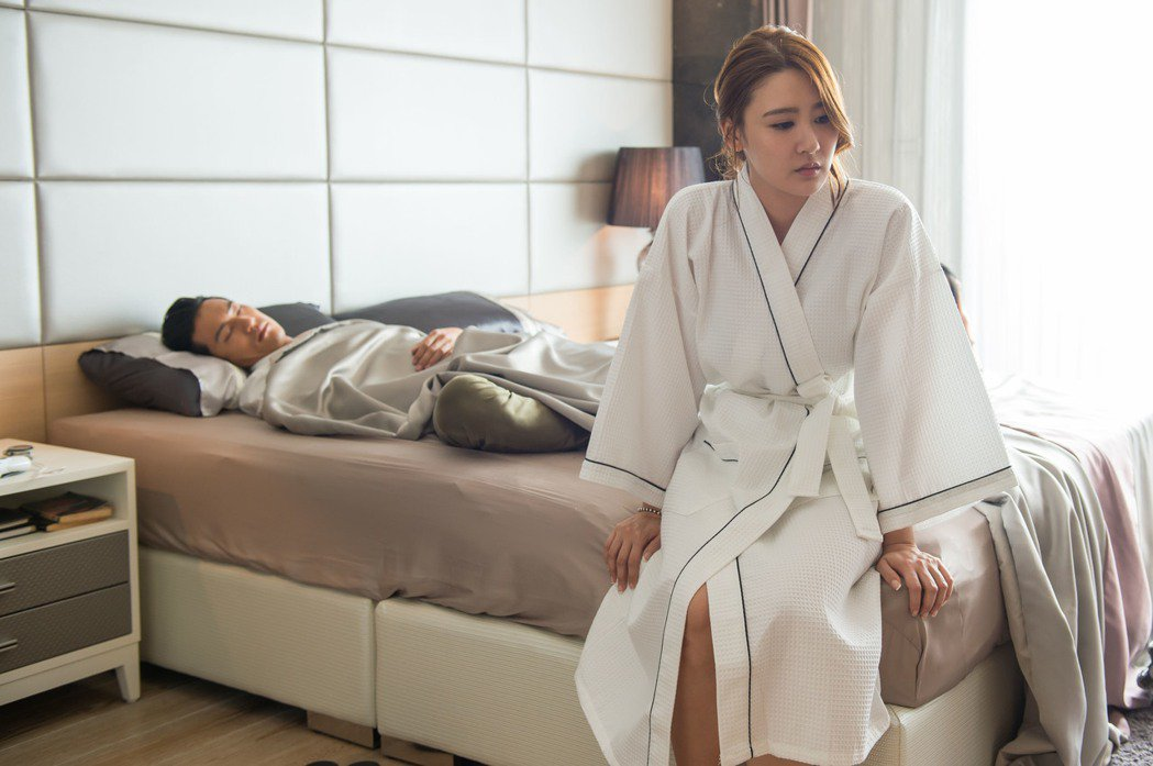 鍾承翰戲中酒醉躺床,陳艾熙設計獻身。圖/TVBS提供