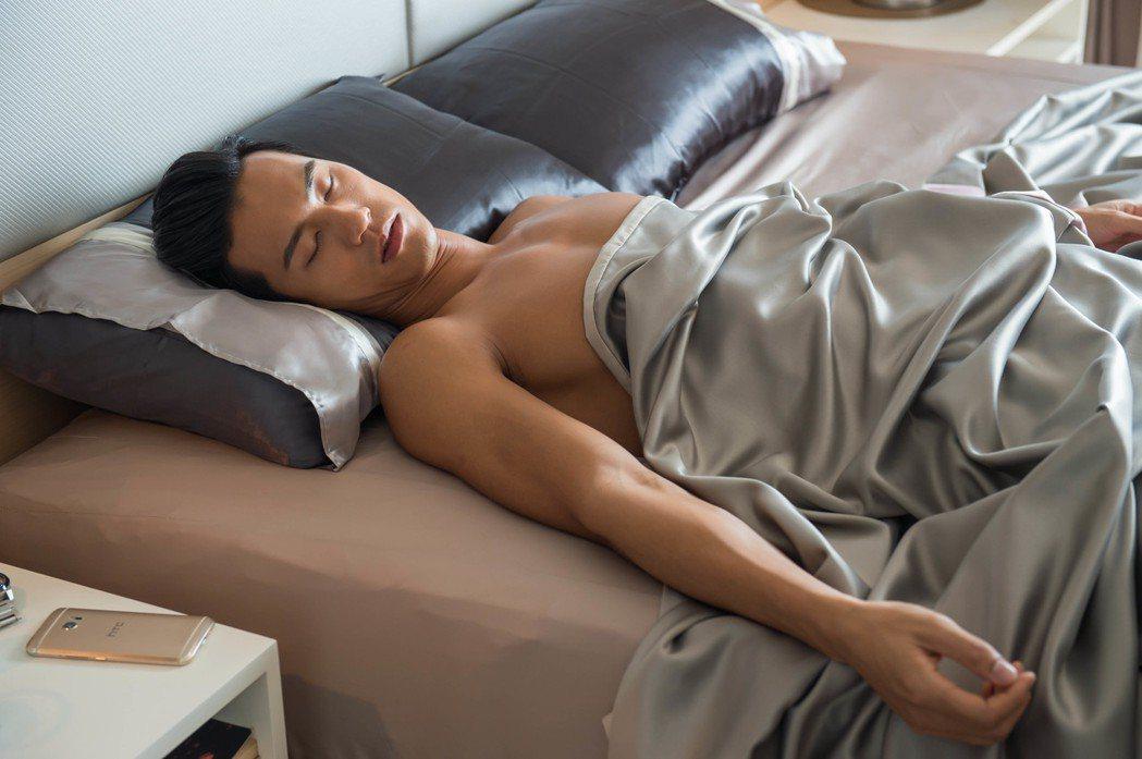 鍾承翰戲中酒醉,裸上身躺床。圖/TVBS提供