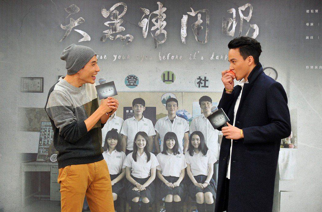 曹晏豪(右)、徐鈞浩演出「天黑請閉眼」互動超有愛。圖/台視提供