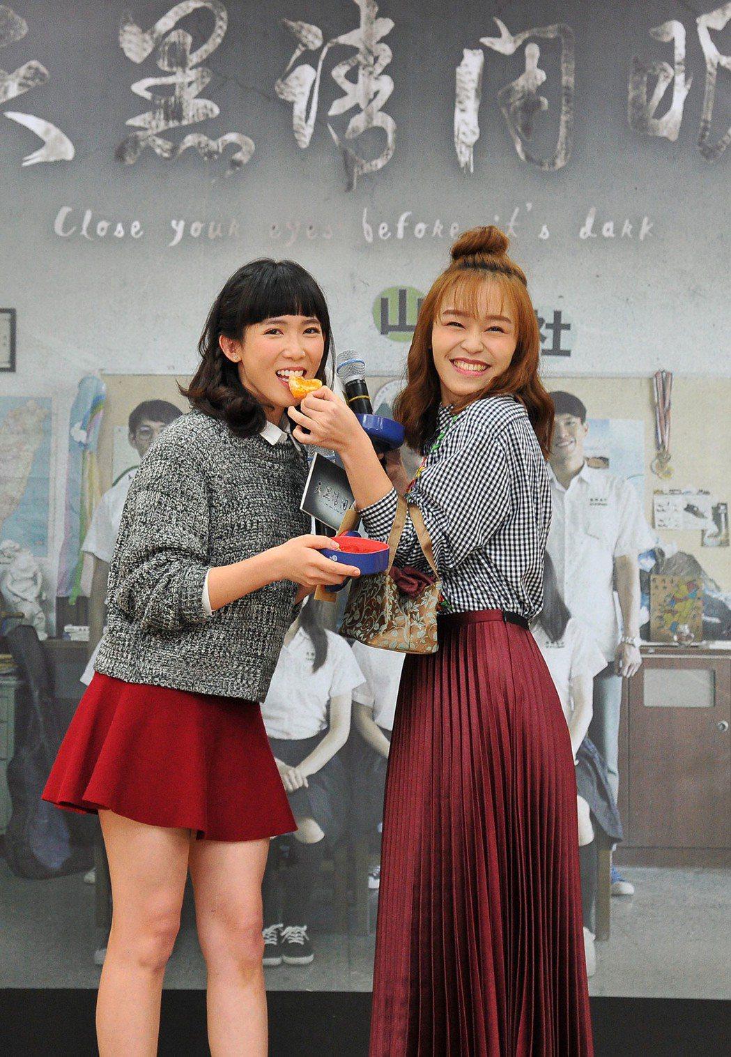 孫可芳(左)、朱盛平演「天黑請閉眼」感情好,慶功記者會上咬橘。圖/台視提供