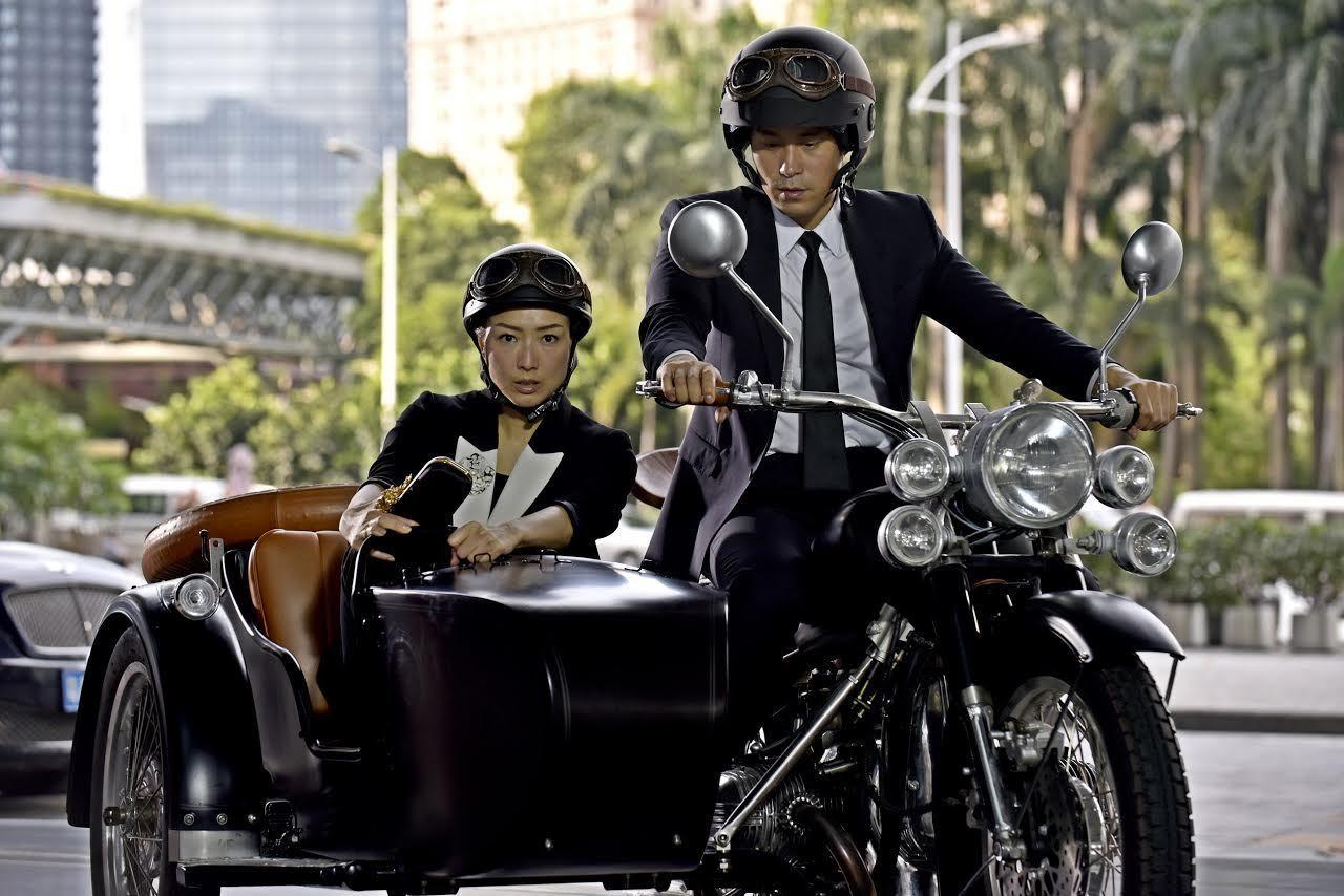 「合約男女」中鄭秀文與張孝全有騎機車搞笑的片段。圖/双喜提供