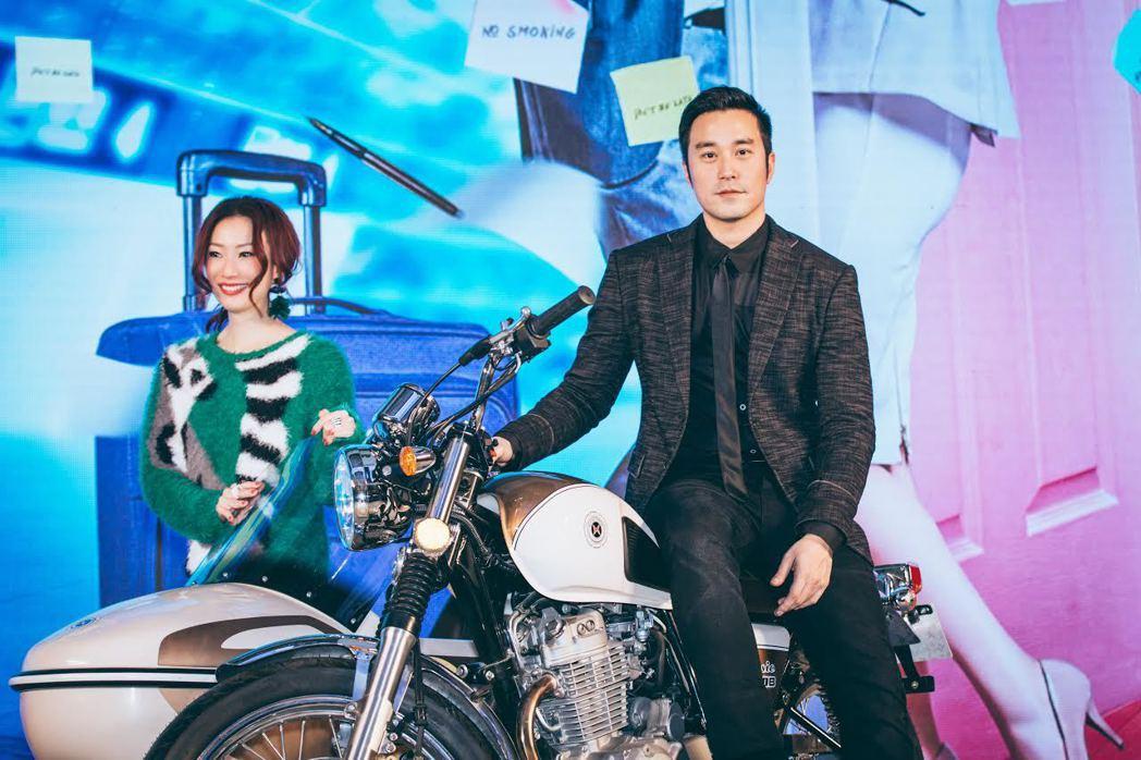 鄭秀文與張孝全坐在機車上出席「合約男女」北京活動。圖/双喜提供
