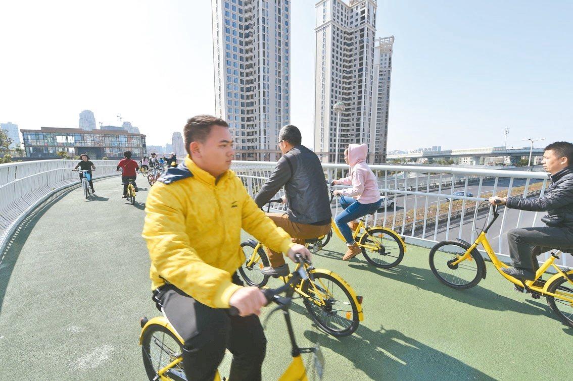 市民在廈門市空中自行車道上騎行。 新華社