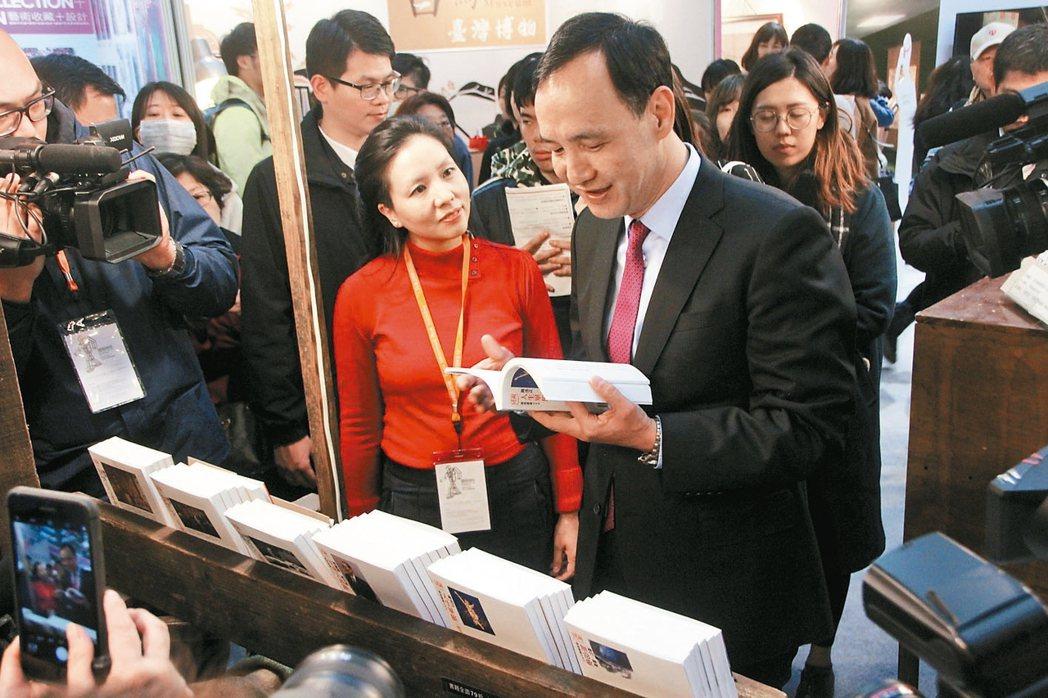 新北市長朱立倫(右)昨逛台北國際書展,表示書展是愛書人聖殿,他自己從小到大最愛去...