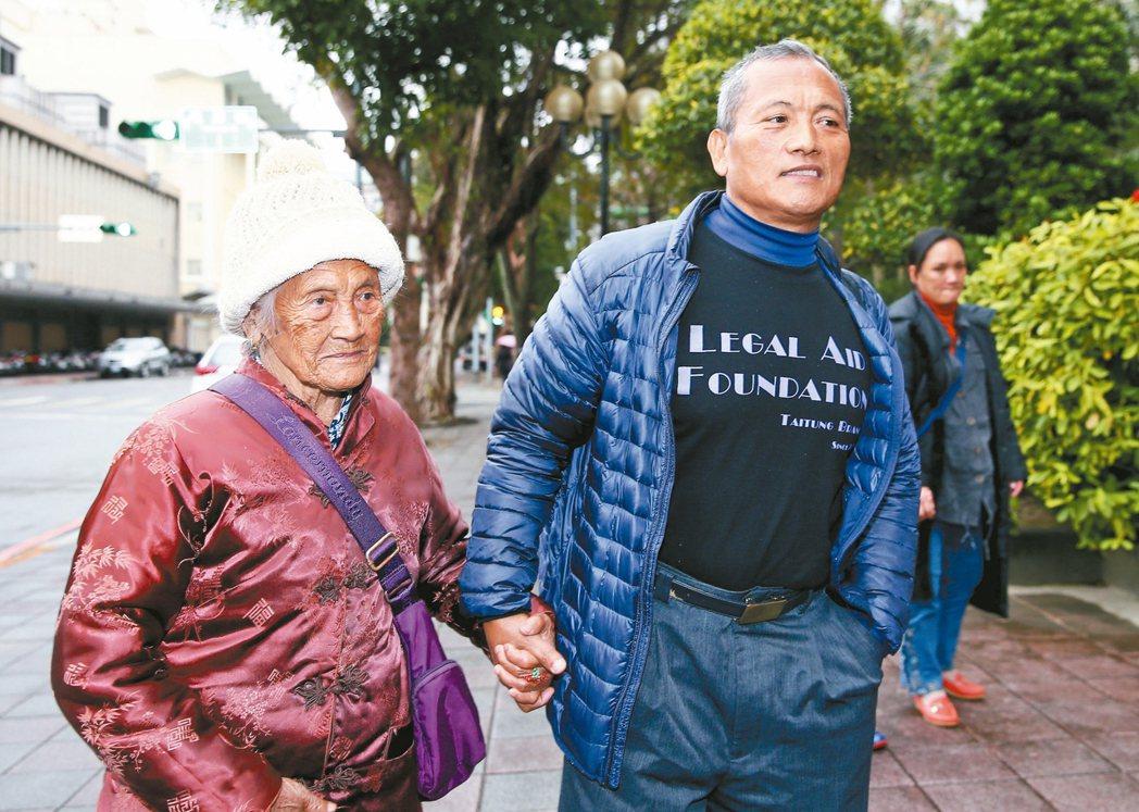 布農族獵人王光祿非常上訴案最高法院昨天再度開庭,王光祿(中)和九十五歲母親(左)...