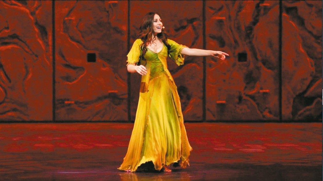 飾演女主角艾斯梅拉達的黎巴嫩籍美女歌手Hiba Tawaji。 圖/聯合報系提供