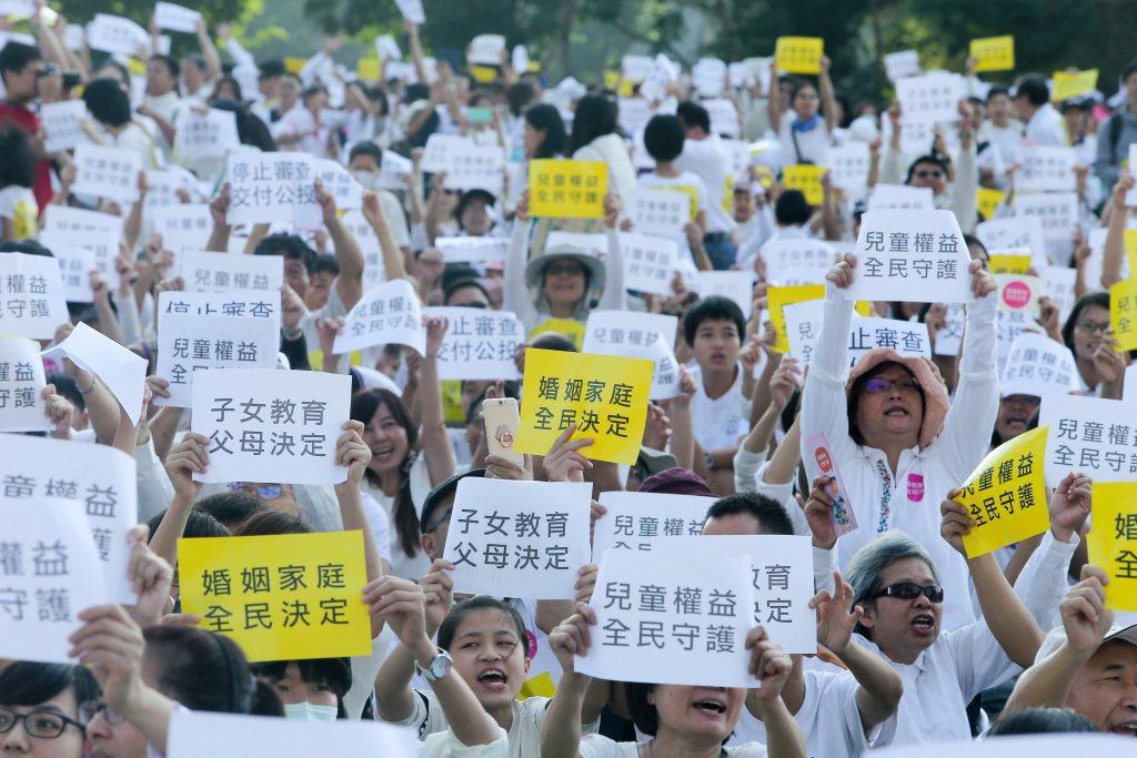 去年底台中反同志遊行,吸引上萬名民眾參與。 聯合報系資料照