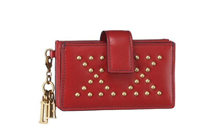 Lady Dior深邃紅色小牛皮鉚釘綴飾籐藤格紋五層名片夾,售價10,500元。...