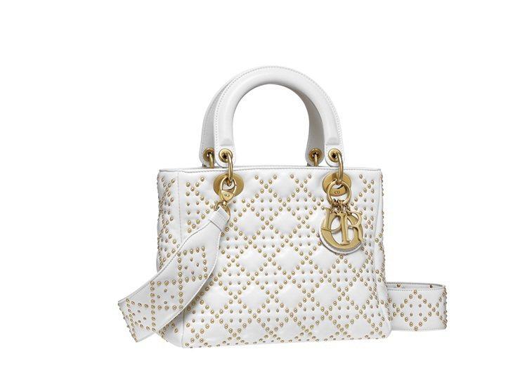 Lady Dior拿鐵白色小羊皮鉚釘綴飾籐格紋中型款提,售價160,000元。圖...