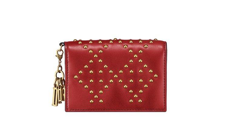 Lady Dior深邃紅色小牛皮鉚釘綴飾籐格紋名片夾,售價13,500元。圖/D...