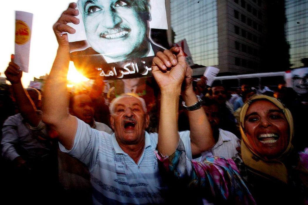 2005年,納瑟主義者高舉納瑟(Gamal Abdel Nasser)的肖像,抗...