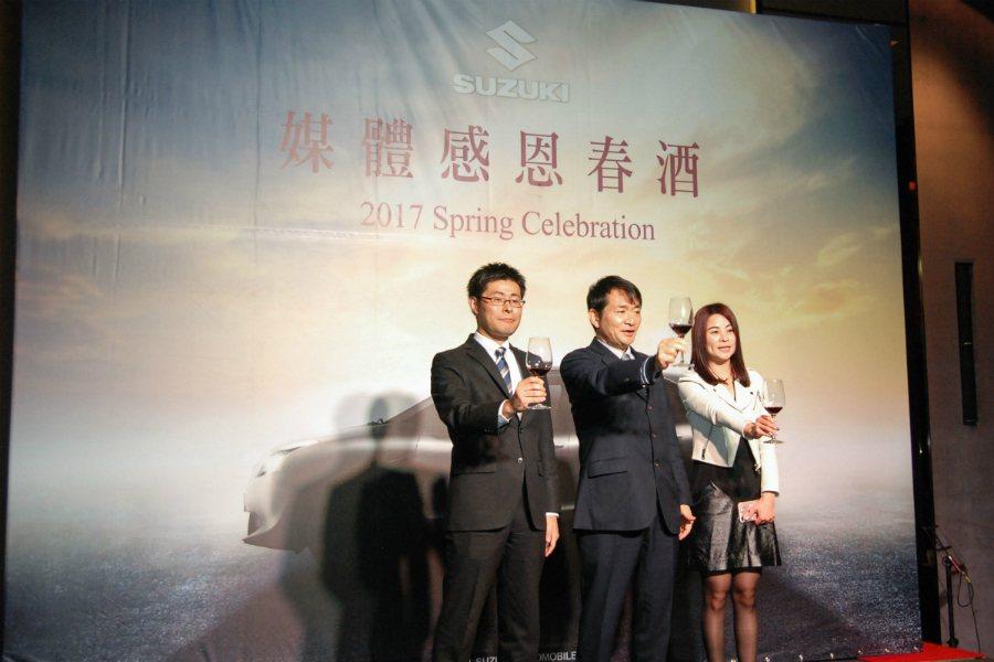 圖中為 Taiwan Suzuki 董事長兼總經理鈴木忠臣,左一為副總經理高橋 ...